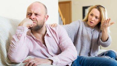 Casal brigando sentados no sofá