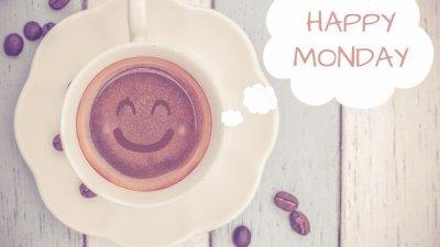 Xícara, bolachas e lousa com Happy Monday (feliz segunda, em inglês) escrito