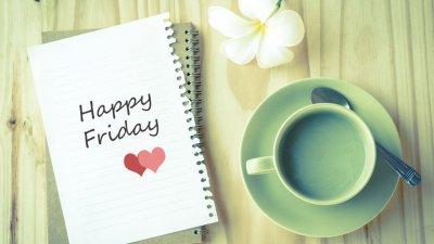 Xícara e folha de caderno escrito Happy Friday (feliz sexta, em inglês)