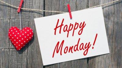 Coração preso e papel escrito Happy Monday (feliz segunda, em inglês) preso em pregador