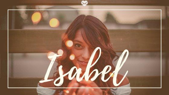Mulher segurando fio de luzes pisca pisca com o nome Isabel escrito em cima