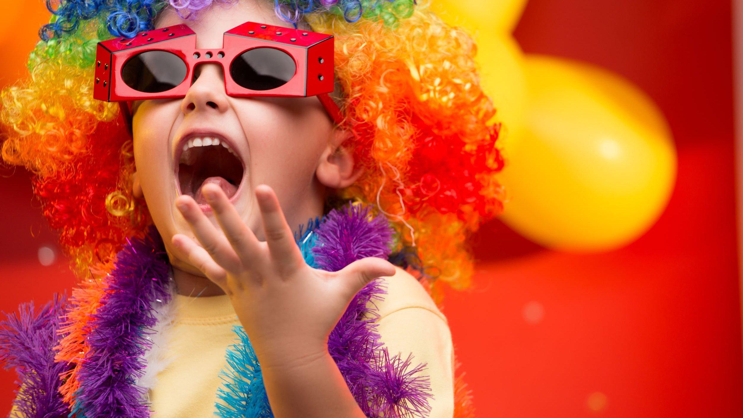 Criança vestido de palhaço feliz