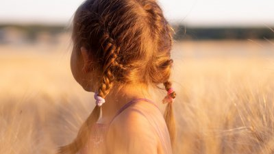 Menina com tranças no cabelo olhando para frente