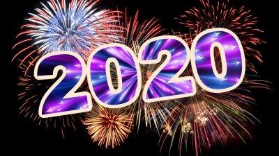 O número 2020 escrito em cima de fogos de artifício.