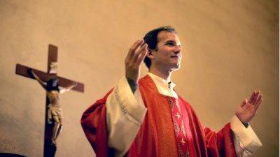 Ilustração de padre com chapéu de aniversário.