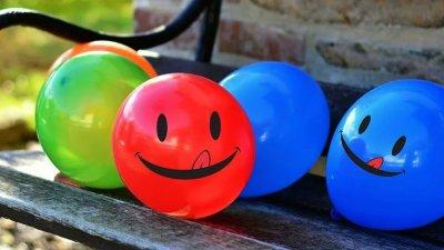 Bolas de plástico com sorrisos
