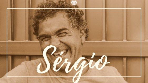 Homem de meia idade sorrindo com o nome Sérgio escrito em cima
