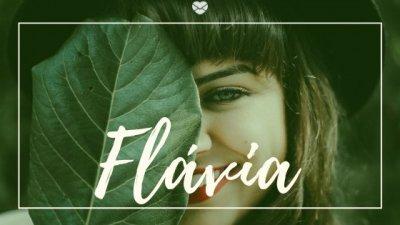 Mulher segurando folha e sorrindo, com o nome Flávia escrito por cima