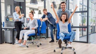 Amigos de trabalho felizes em uma sexta-feira