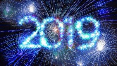 Fogos de artifício formando o ano 2019 no céu