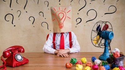 Pessoa misteriosa com pontos de interrogação em volta