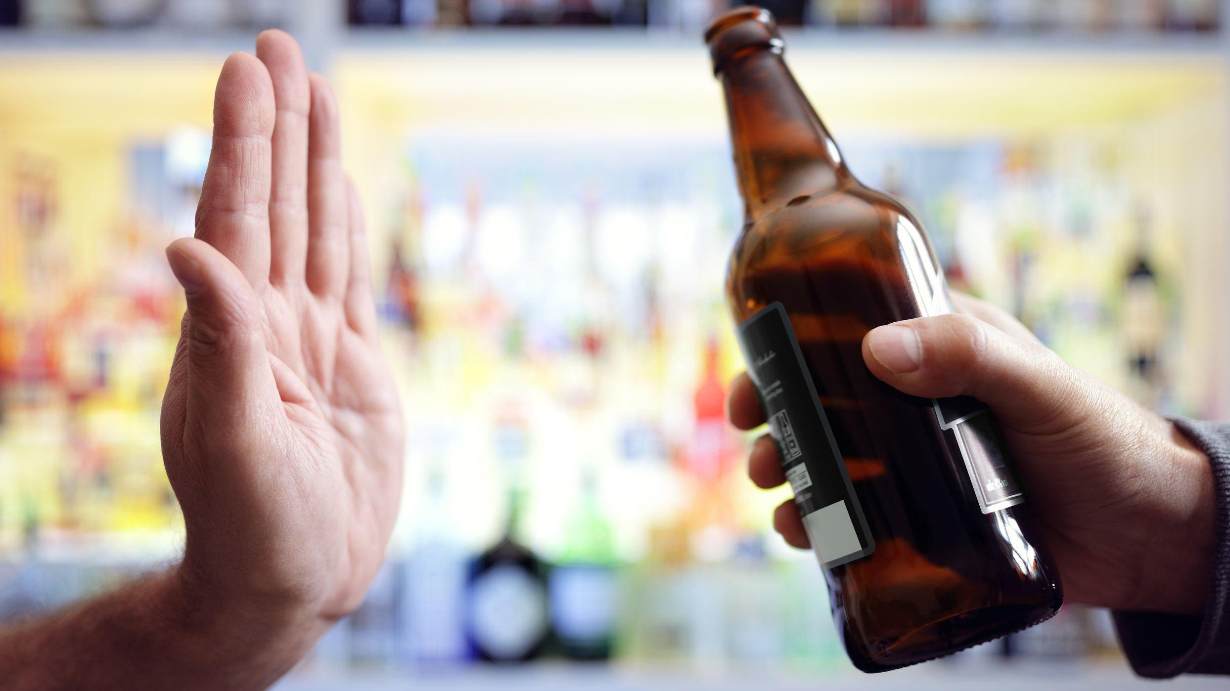 Pessoa negando garrafa de bebida