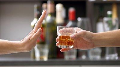 Pessoa negando um copo de bebida