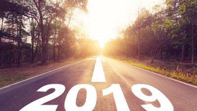 Estrada com os escritos 2019 no chão
