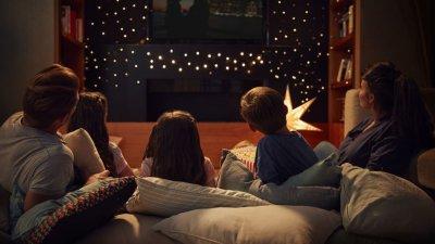 Família assistindo televisão