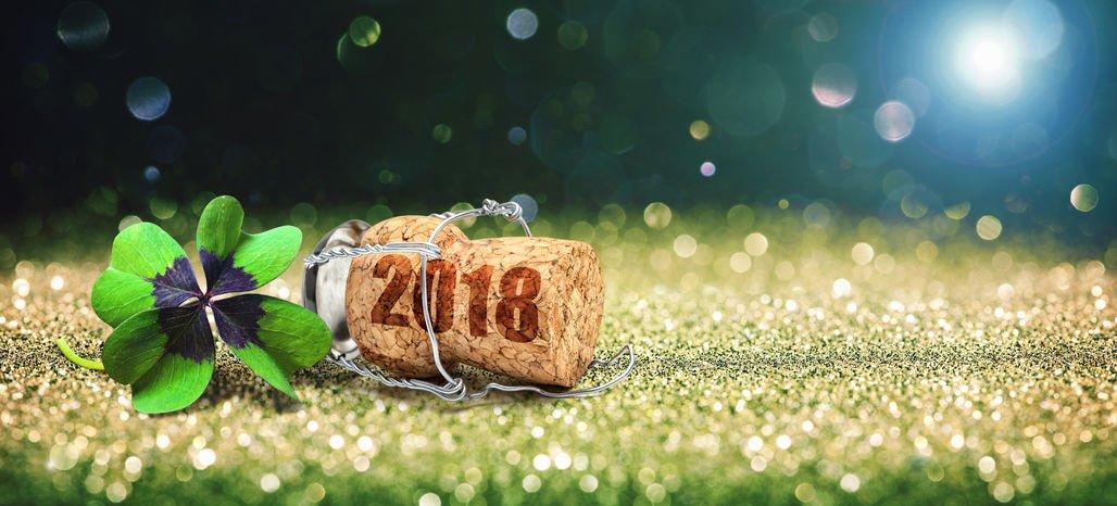 Rolha de champagne com 2018 escrito e trevo de quatro folhas ao lado
