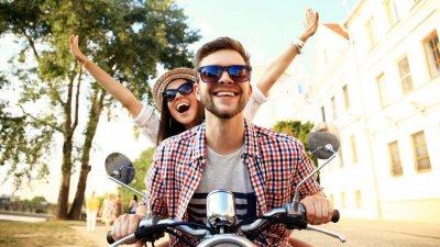 Casal andando de moto