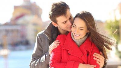 Homem beijando a bochecha da mulher