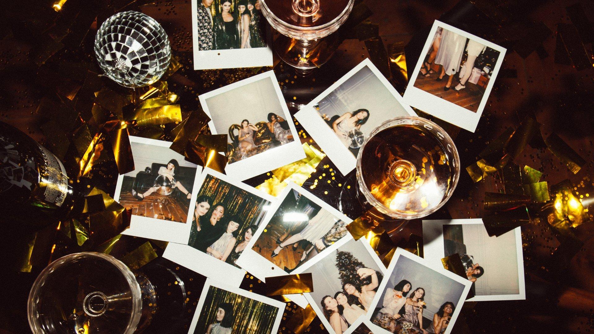 fotos antigas sobre uma mesa
