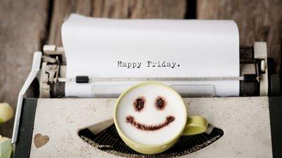 Feliz Sexta escrito em máquina de escrever e xícara de café com desenho de rosto feliz