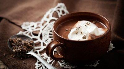 Chocolate quente com colher de lavanda ao lado