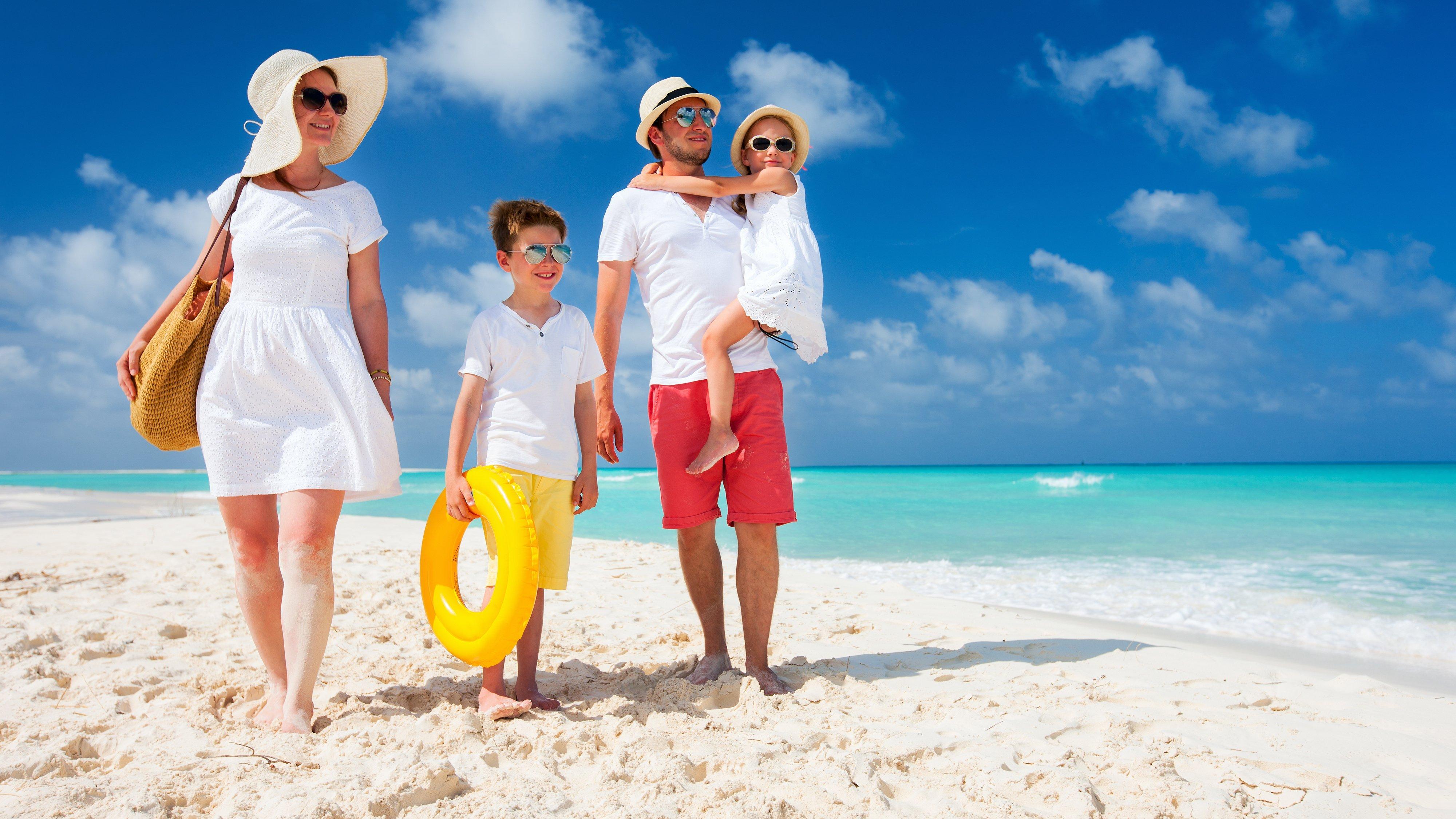 Foto de família caminhando na praia