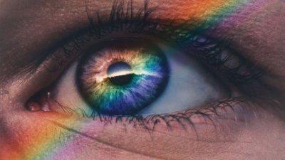 Arco-íris refletido em olho.