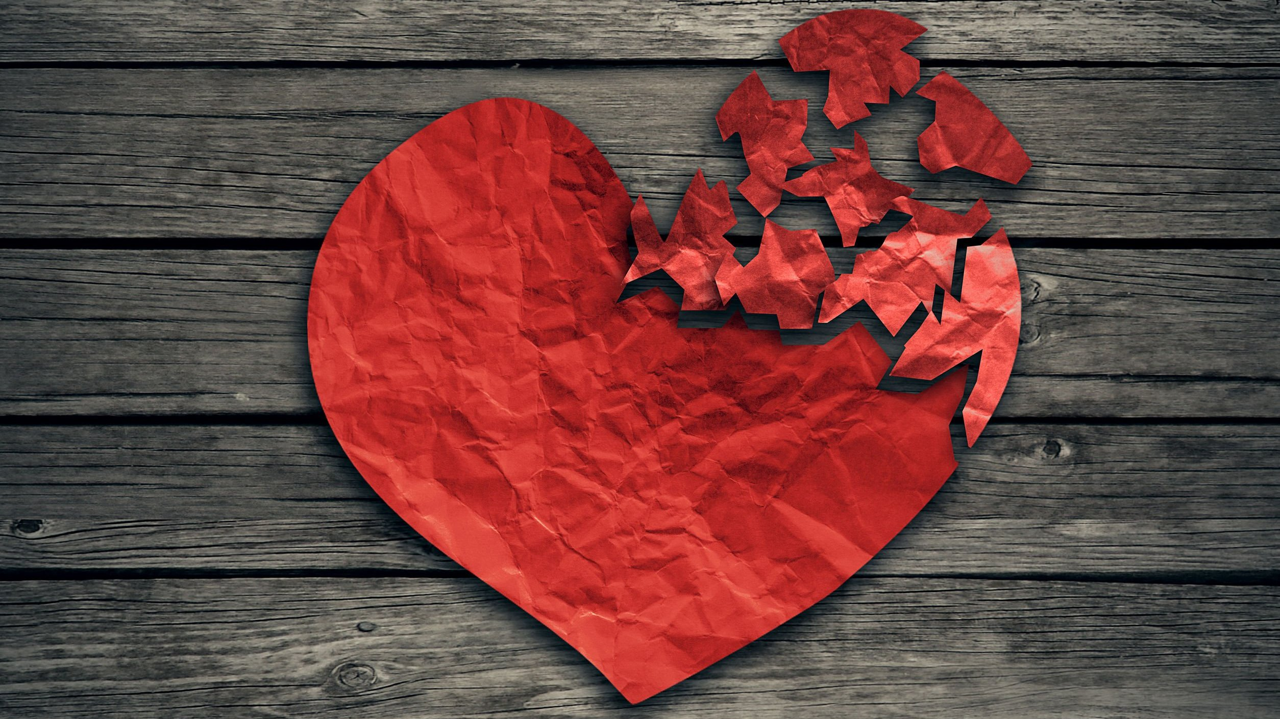 Coração de papel rasgado em alguns pedaços