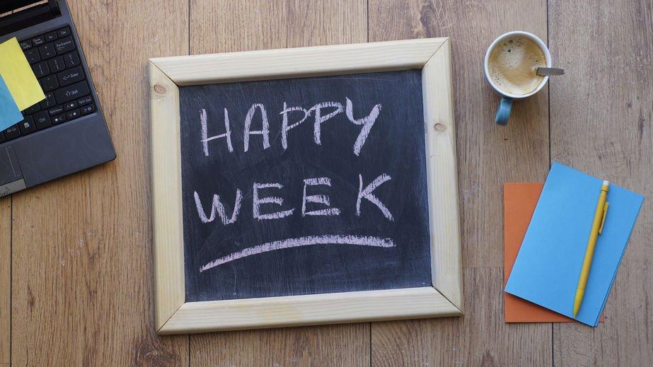 Lousa com Happy Week (feliz semana, em inglês) escrito de giz