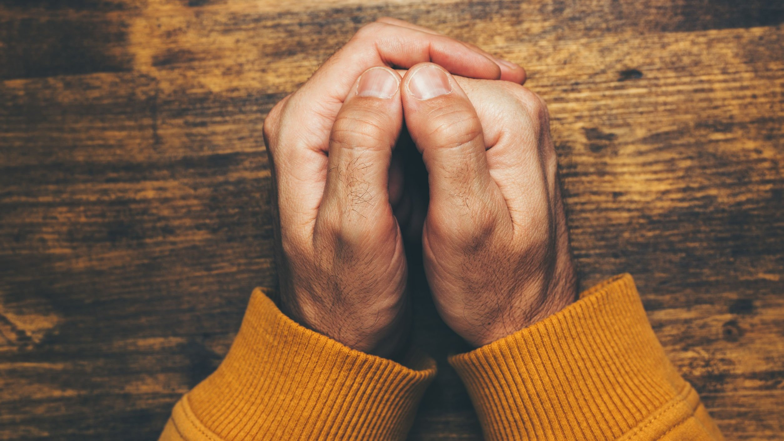 mãos juntas orando