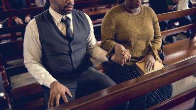 Casal de mãos unidas em oração
