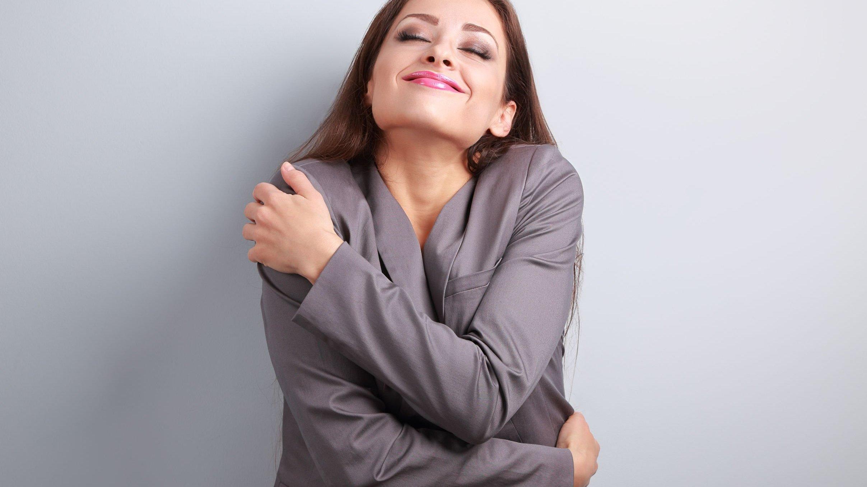 Foto de mulher se abraçando