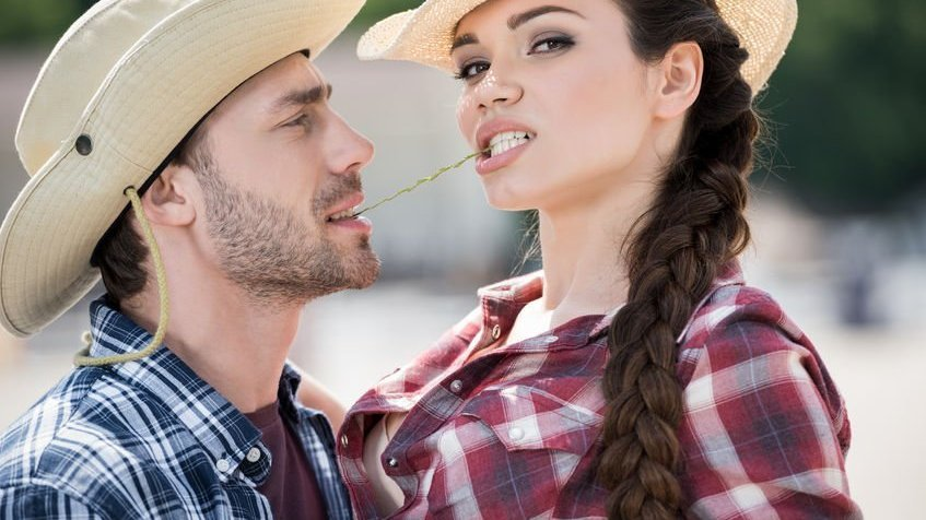 Casal com chapéus de cowboy