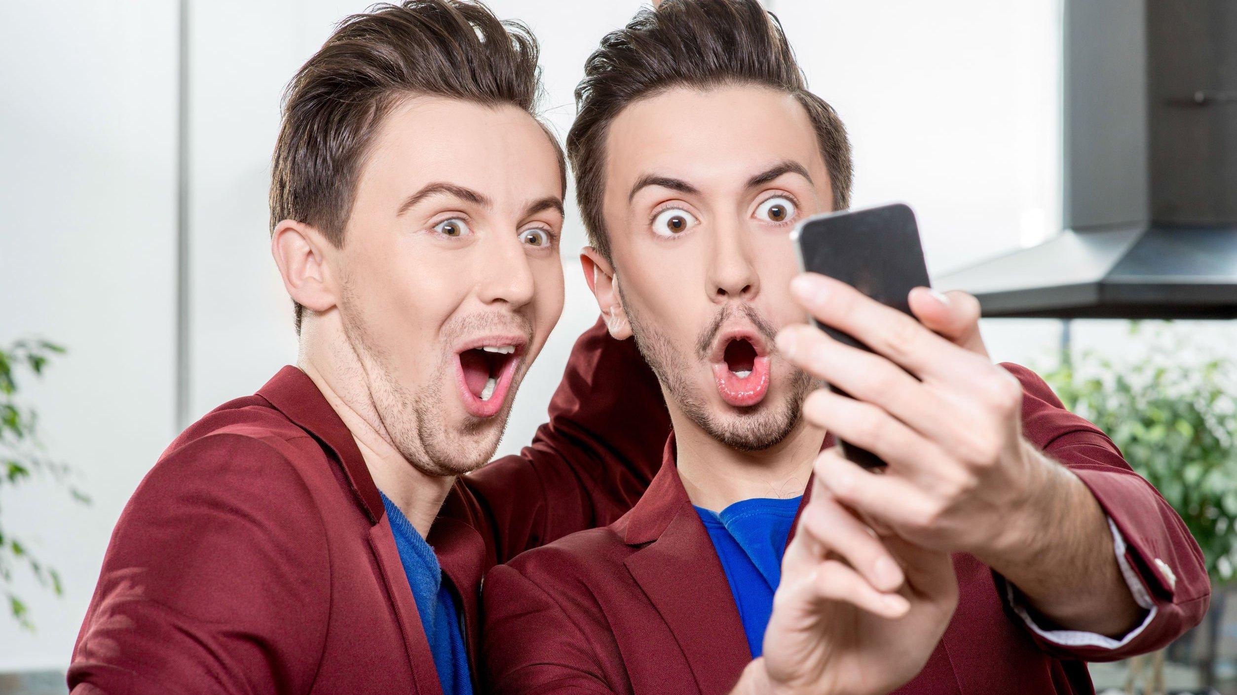Irmãos gêmeos tirando selfie