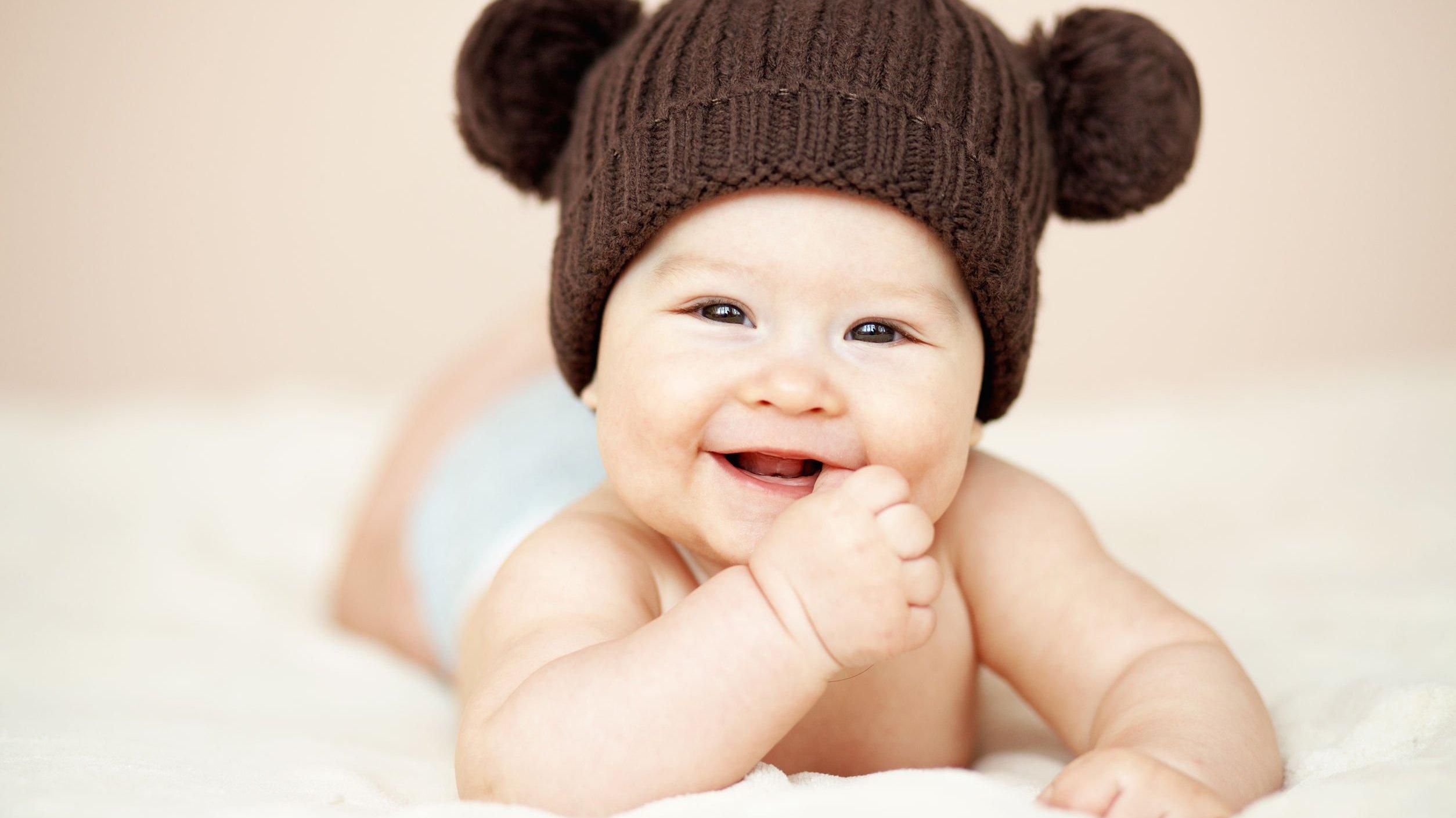 Bebê com touca de ursinho marrom