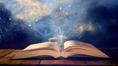 Bíblia aberta com um céu estrelado de fundo.