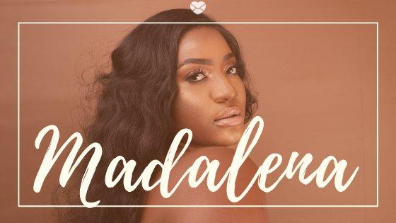 Mulher negra com cabelo castanho posando para foto, com a palavra Madalena escrita em branco