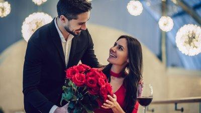Foto de homem entregando buque de rosas para mulher