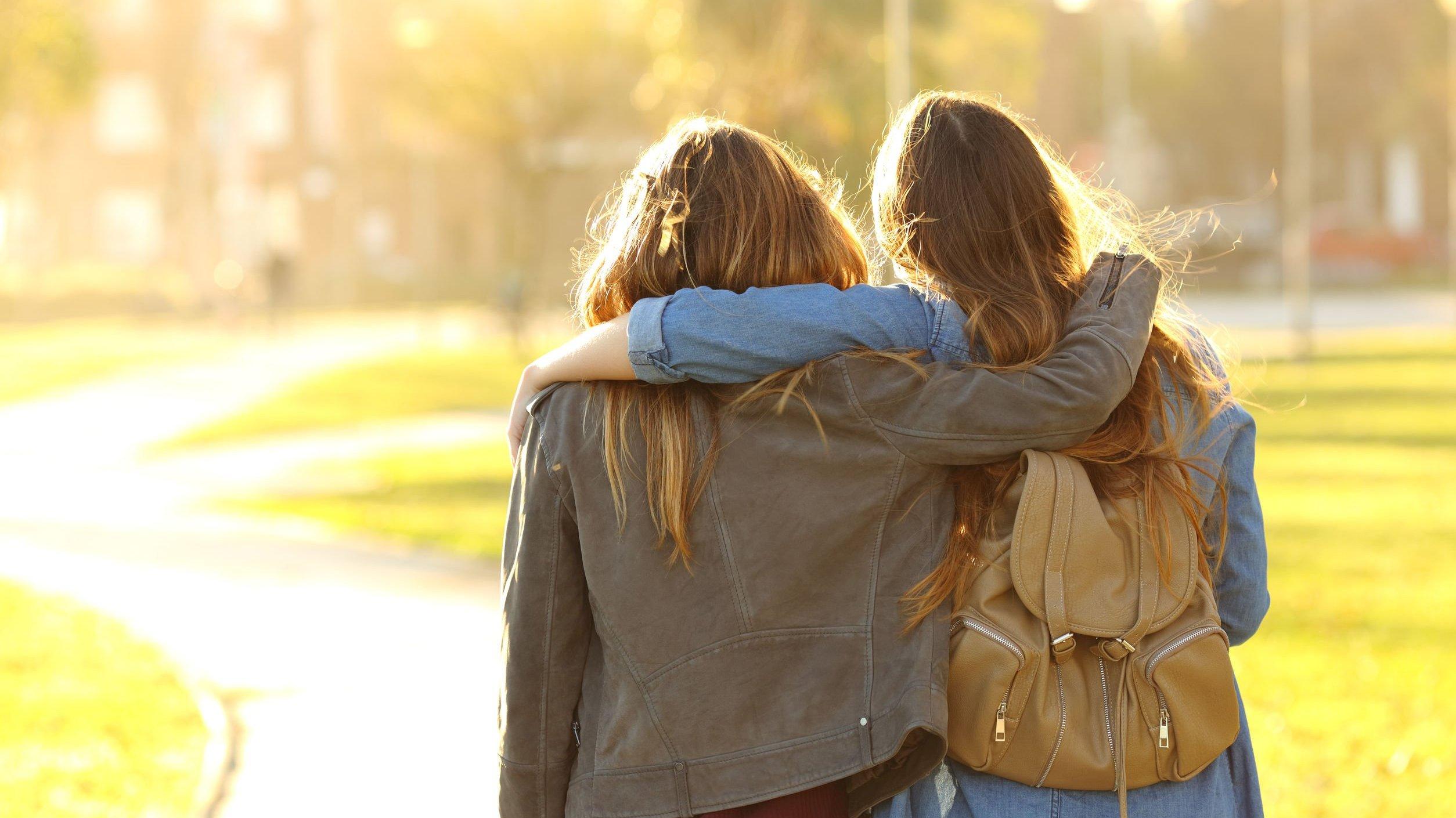 Foto de amigas se abraçando