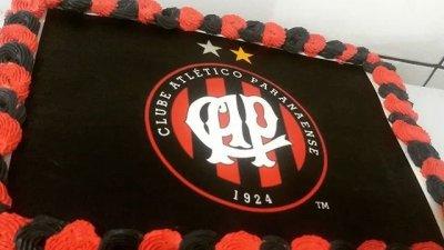 Foto de bolo com escudo do time Athletico Paranaense estampado
