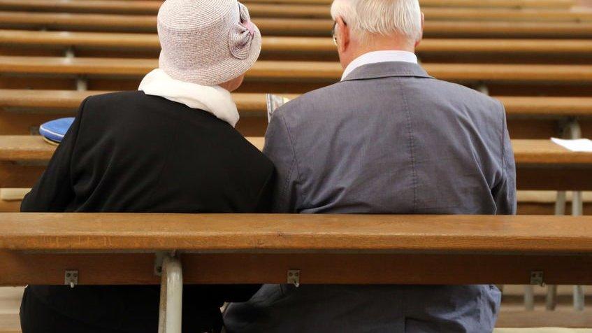 Casal de evangélicos em Igreja