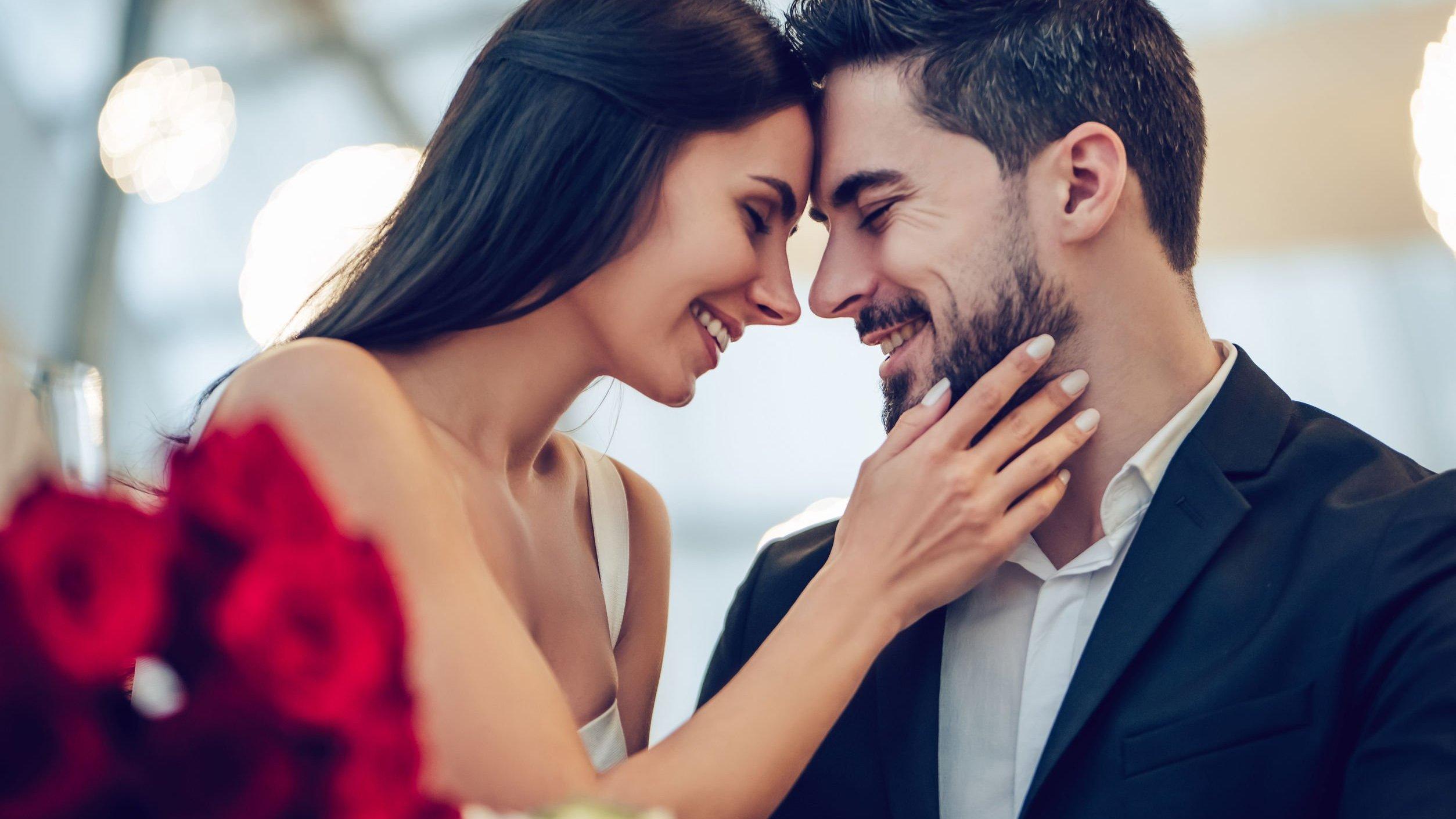Foto de casal se abraçando e sorrindo