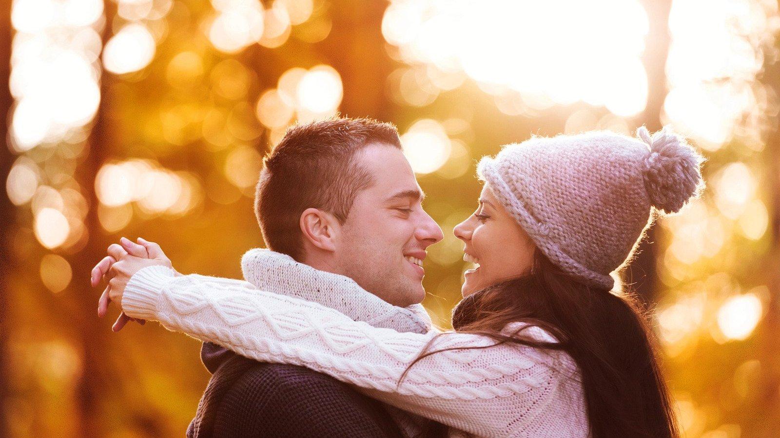 Homem e mulher se encarando, trocando carinhos