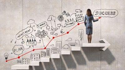 Mulher subindo escada em direção a palavra sucesso