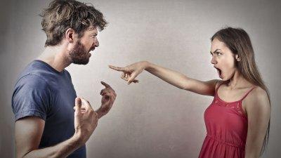Mulher brava apontando para homem enquanto discutem