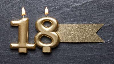 Velinhas de aniversário formando o número 18