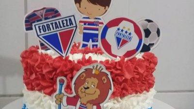 Bolo de aniversário com a temática do time de futebol Fortaleza