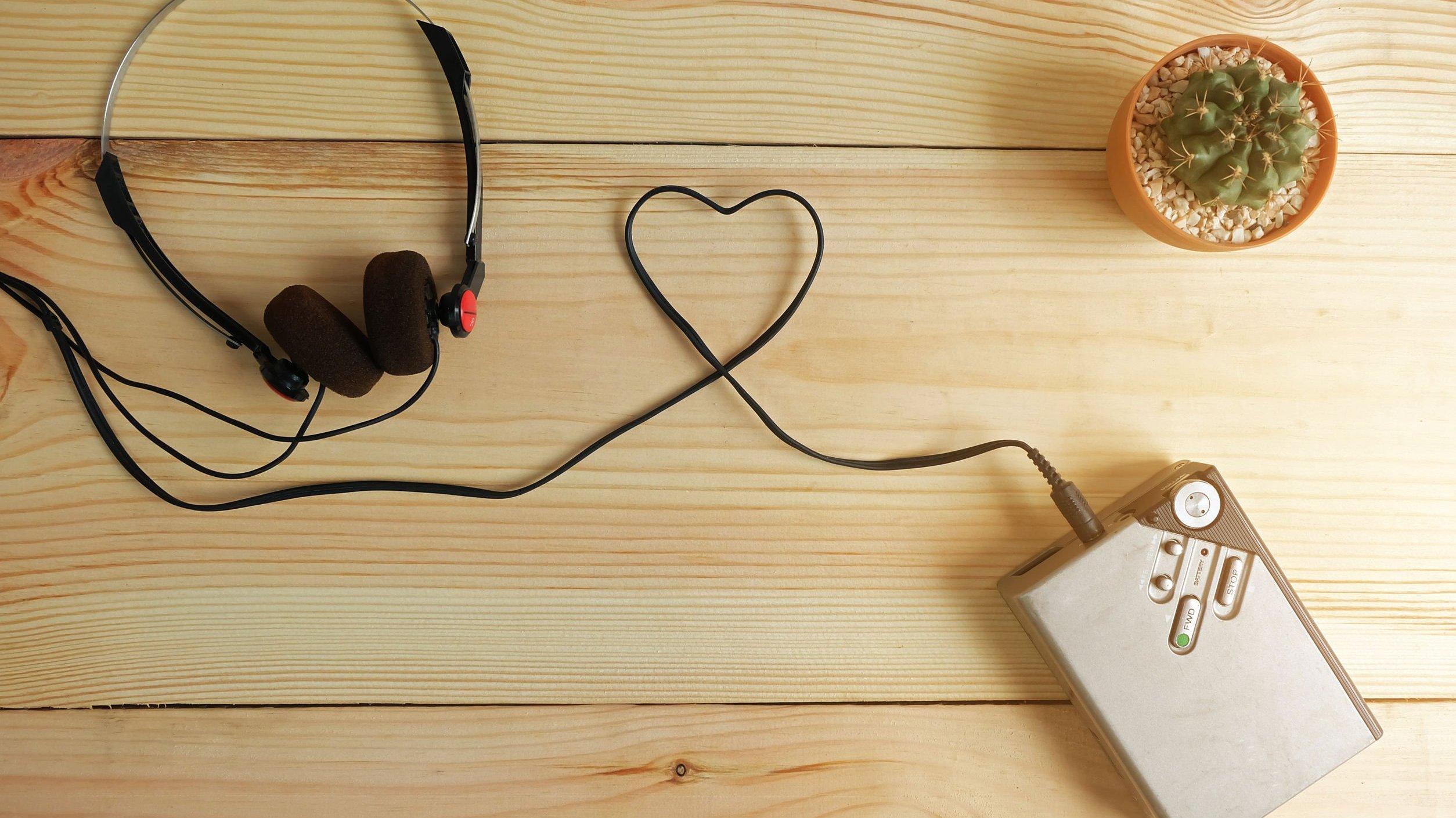 Fio de fone de ouvido de toca fitas enrolado em forma de coração