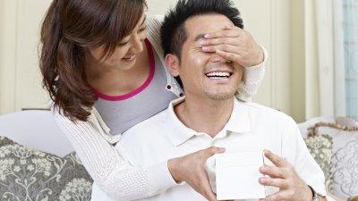Mulher dando presente para marido