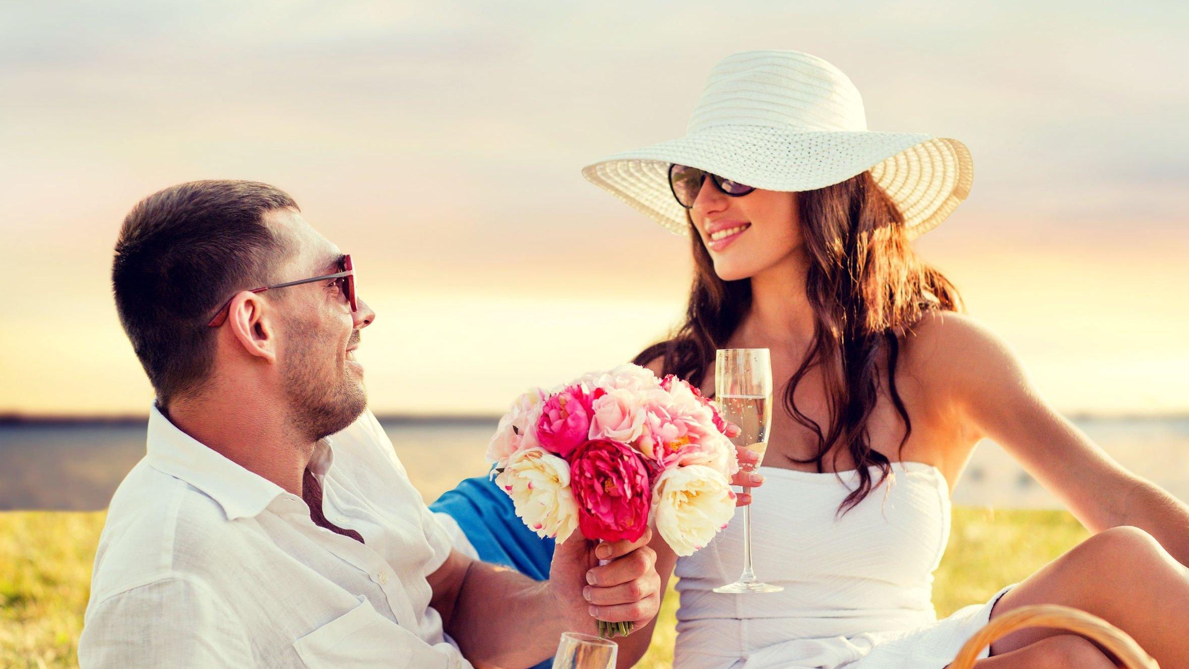 Homem dando flores para mulher